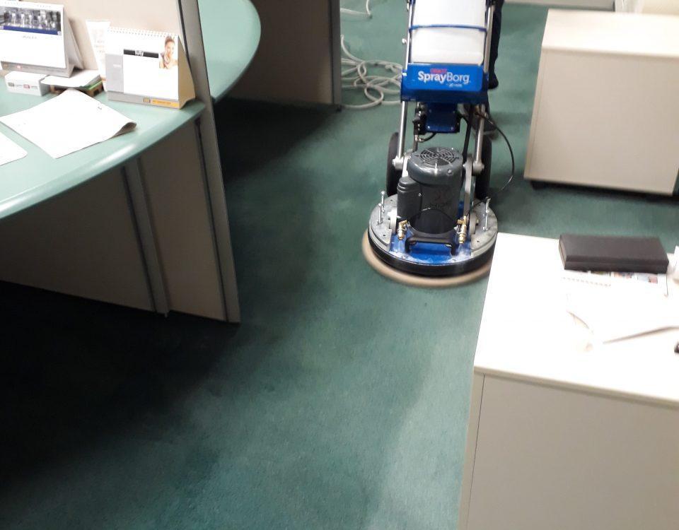 czyszczenie wykładziny w biurze przez fcs