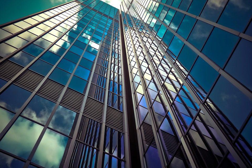 budynki szklane widok z dołu